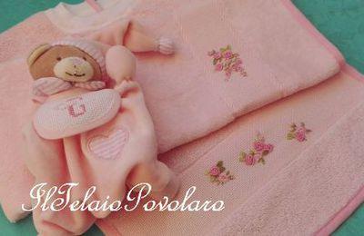 ... A proposito di bebè ... voilà: un doudou , un bavaglino ed un asciugamanino con piccole roselline a punto vapore