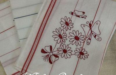 Qualche fiore a broderie rouge anche in cucina