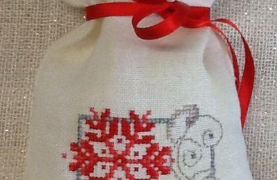 Per l'albero ... cuscinetti o sacchettini? ....  Non fa grande  differenza se sono ricamati con motivi natalizi