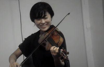 Yoko, musicienne japonaise à Paris, joue de la musique kabyle avec brio !