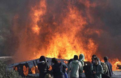 La «jungle» de Calais prend fin dans les flammes