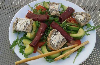 Salade composée légère - Roquette/avocat/tomate/grison/chêvre