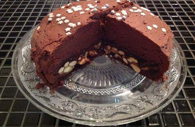Gateau à La Mousse chocolat, genoise cacao et caramel beurre salé enrobé d'amandes et noix de cajou