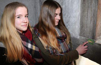 Veitshöchheimer Konfis überziehen Risse und Schadstellen in der Christuskirche mit Blattgold, ein im Dekanat einmaliges Projekt
