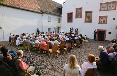 Gelungener Auftakt der Sommerkonzerte im Veitshöchheimer Synagogenhof mit Klezmer-Klängen von Schmitts Katze