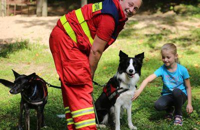 Kinder lernten richtigen Umgang mit Hunden - Ein einmaliges Erlebnis mit DLRG-Suchhunden im Veitshöchheimer Ferienprogrammangebot durch die NaturFreunde