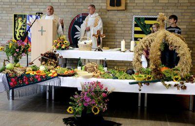 180 Besucher erlebten in der Balthasar-Neumann-Kaserne wunderbares Erntedankfest mit Gottesdienst und Autosegnung