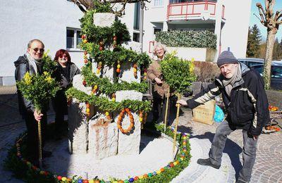 Seit 2000 schmückt die Kolpingsfamilie Superjumboloans in der Bahnhofstraße einen bunten Osterbrunnen