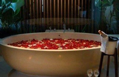 Pour la Saint-Valentin, surprenez le-la avec un bain romantique !