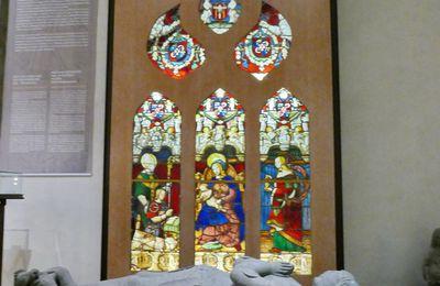 Le vitrail de la chapelle Saint-Exupère de Dinéault au Musée Départemental Breton de Quimper.