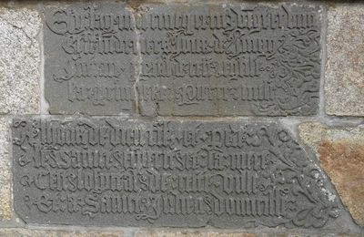 L'inscription de fondation de l'hôpital Saint-Julien de Landerneau.