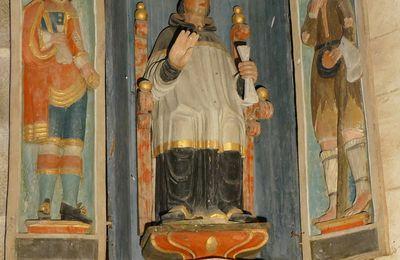 L'enclos paroissial de Saint-Herbot à Plonévez-du-Faou II. La chapelle saint-Yves : ses Niches et son vitrail de saint Yves.