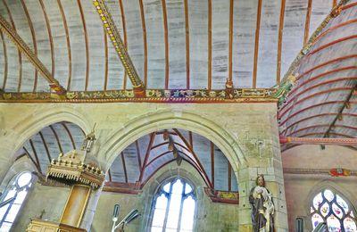 La charpente sculptée de l'église de Pleyben (vers 1571) par le Maître de Pleyben : le chœur et le haut de lanef. Sablières et blochets .