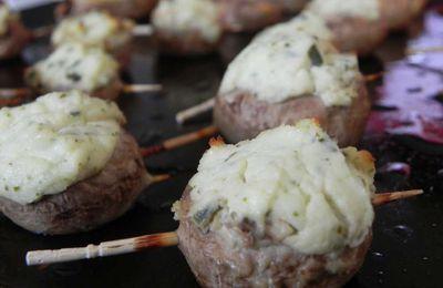 Champignons rôtis, farcis au fromage à l'ail et aux fines herbes