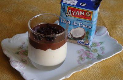 Mousse coco et coulis de chocolat noir