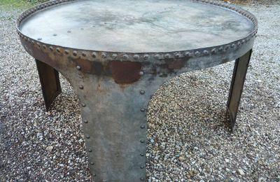 TABLE BASSE RONDE DEMI CUVE RIVETEE PIEDS RENFORCÉS GALVA 1910