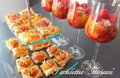 """Coupe de fraises, compote d'abricots, framboises, brisures de biscuits roses et petites tartelettes """"Hérisson"""" aux abricots amandes et lavande"""