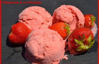 glace à la fraise à la sorbetière
