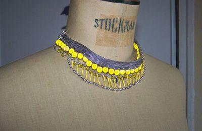 collier plastron argent et jaune