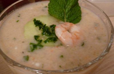 Soupe piquante froide aux crevettes et au concombre