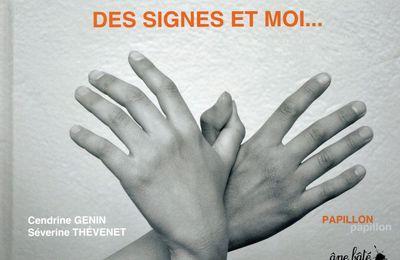 Pour initier les enfants à la langue des signes : Des signes et moi... de Cendrine Genin et Séverine Thévenet, chez Âne bâté éditions. Dès 3 ans et bien au-delà.