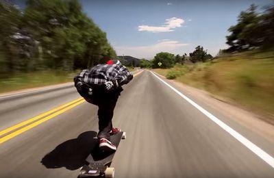 Vidéo: Il roule à plus de 110 km/h sur sa planche à roulettes