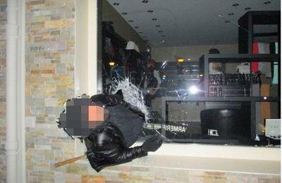 Ivre, le cambrioleur reste coincé dans la vitrine d'un magasin
