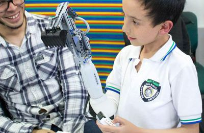 SANTE-Enfant handicapé-TECHNO-Robotique main en Lego-Colombie