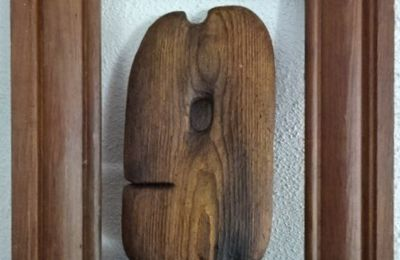 Profil d'homme, en bois poli par la mer, trouvé sur la plage de sable