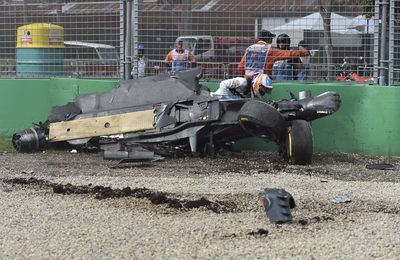 Alonso sort indemne d'un horrible crash; la video