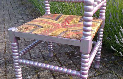 Chaise repeinte en alu brossé rose indien - par Erika