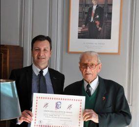 Remise du diplôme du 30ème anniversaire de l'UGF au Chancelier de l'Ordre de la Libération, le Colonel Fred Moore.
