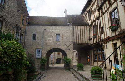 Noyers-sur-Serein, son vieux château, son village médiéval