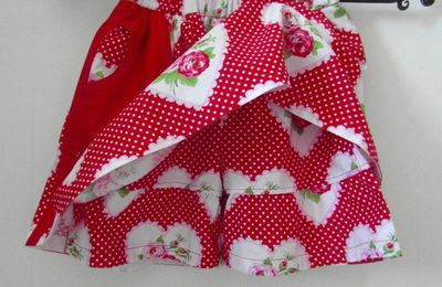 jupe short rouge avec roses
