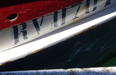 Collection de petits riens: cordes, filets, bois, briques et reflets dans la petit port de Burano