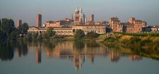 Mantova, paese di persone il naso per aria ...