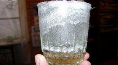 Comment détecter les énergies négatives dans votre maison à l'aide d'un verre d'eau