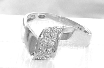 TRES BELLE BAGUE JOAILLERIE EN OR BLANC 18 K ( 750 ) - DIAMANTS   REF / AB 896