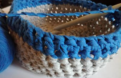 Un panier en coton au crochet
