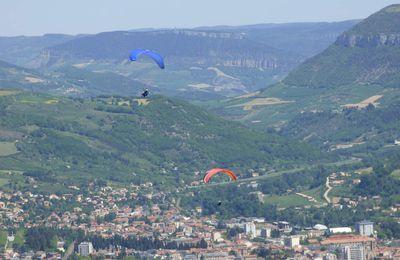 Parapente au-dessus de Millau.