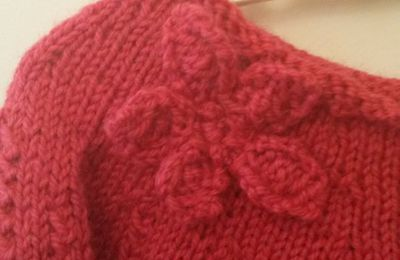 Fleuri mais déjà douillet, un pull facile à tricoter