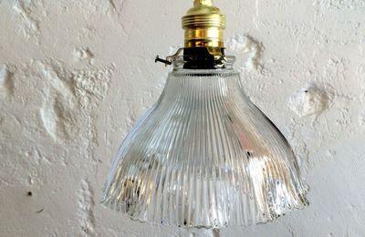 Suspension luminaire abat jour ancien en verre moulé type holophane