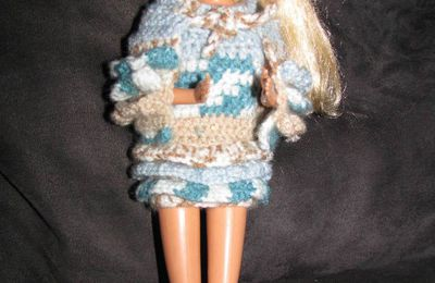 Un modèle pour deux tenues de Barbie