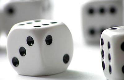 Der Kampf unter Spieler beim Würfelspiel