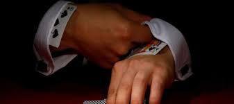 Un croupier de casino en direct en ligne se fait piquer en train de tricher