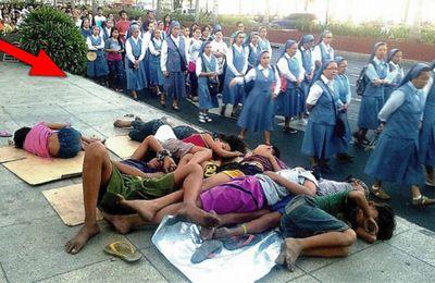 Foto de monjas pasando frente a niños sin hogar hace arder las redes sociales