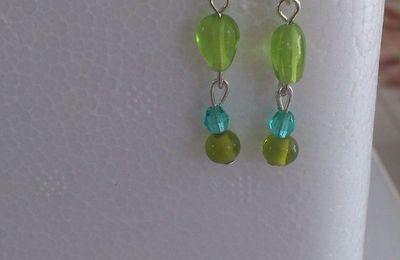 Boucles d'oreille perle de verre verte