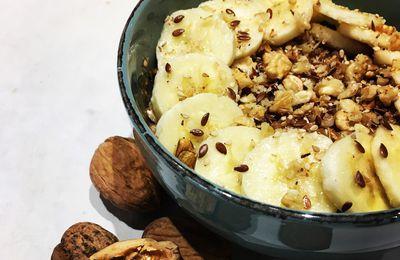 Porridge au lait d'amande, banane, chocolat & noix