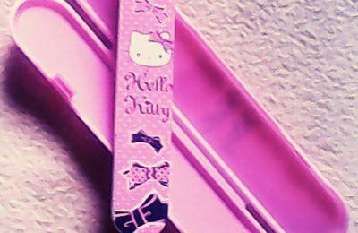 Hello Kitty, lime à ongles et un étui : mode d'emploi