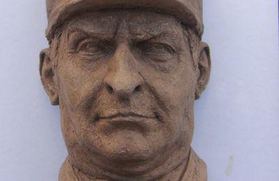 louis de  funes portrait en terre cuite sculpture